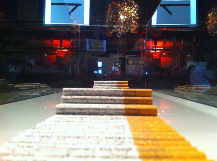 Doris Theres Hofer*´KpV´, 2012, Installation, schwarzer Faserstift auf Zigaretten, Glas, Polystyrol