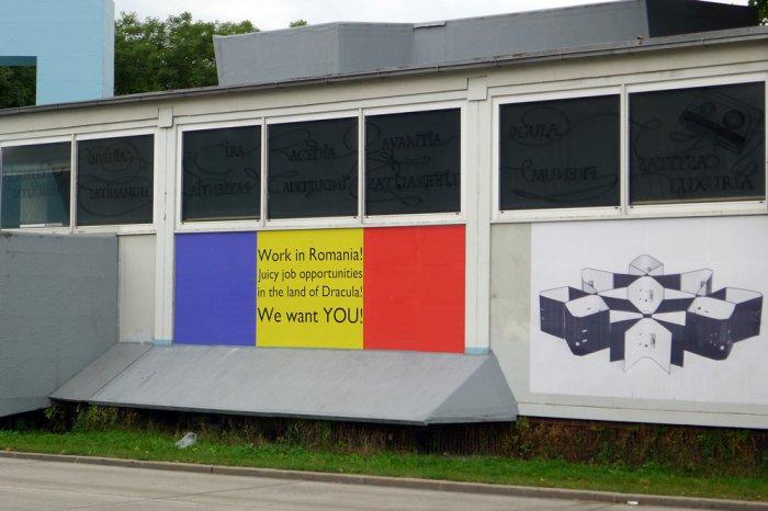 Daniel Djamo, We want you, 2014, Außeninstallation; rechts: Ahu Dural, Office Modul, 2013, Fotografie