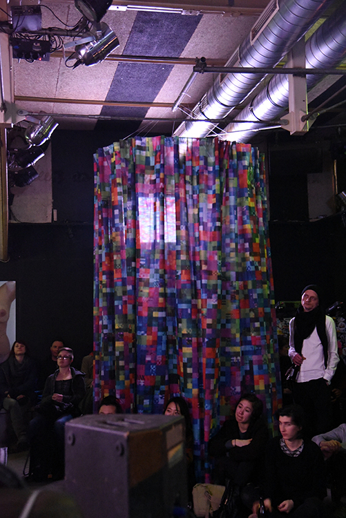 Claudia Larcher, GLITCHED, Video, 5 min 53 sek (Loop), 2016 und Installation, 2017, Polyester